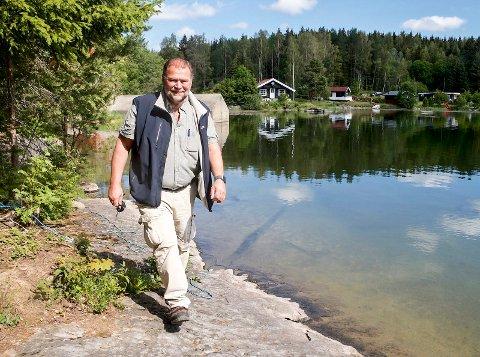 SENKER VANNSTANDEN. – Vi skal legge 1,4 kilometer med vannledning på bunnen av Hagatjern, fra dammen til badestranda. I den forbindelse blir nå vannstanden gradvis senket med to meter, forteller prosjektansvarlig i Glitrevannverket, Dag-Runar Hansen.
