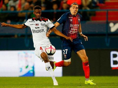 Djegui Koita (t.v) kjemper om ballen med Caens Enzo Crivelli under en fransk toppseriekamp i 2018. Nå skal midtstopperen prøvespille for MIF.