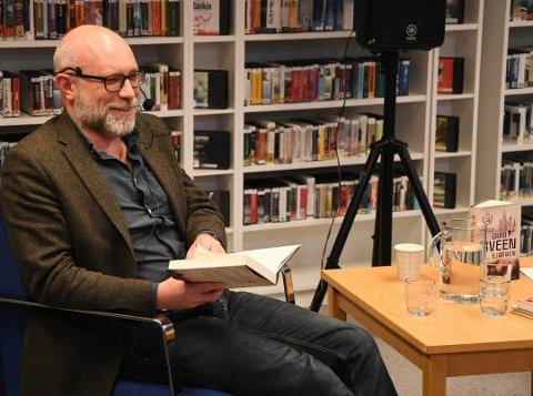 Gard Sveen på plass på Enebakk bibliotek i fjor høst for å snakke om Bjørnen.