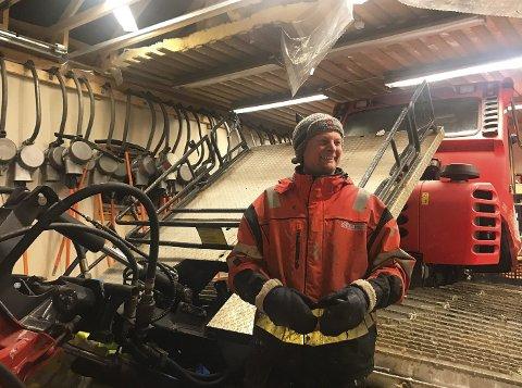 STÅR PÅ: Leder for Nordkapp alpinklubb, Vegar Andersen, har med seg 12-13 stykker gjennom året for å holde alpinbakken i stand og forberede bakken til åpning.