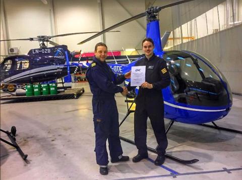 AUGENBLINKEN: På måndag kunne Nikolai Sæterdal (21) endeleg ta imot beviset på at han er helikopterpilot.