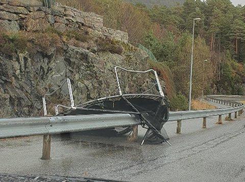 KRAFT i KASTA: Ein trampoline har hamna på avvege i Bjørndalvegen.