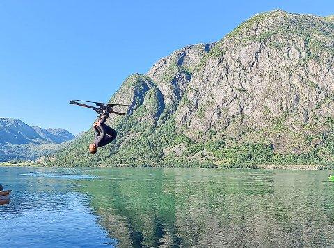SALTO: Jonas Hoffmann tar ein salto på vasskihoppinga i Kjøsnesfjorden laurdag.