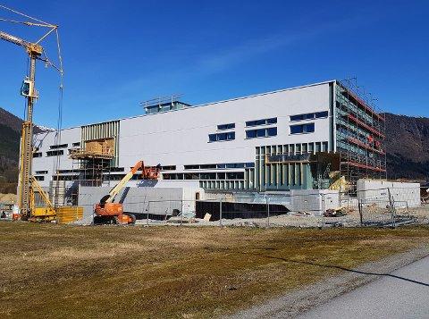 SNART INNFLYTTINGSKLART: Det nye politihuset i Førde er snart klart til å ta i mot politibetjentane i Sunnfjord. Frå 1. juli begynner flyttinga, og i den perioden blir det ikkje mogleg å bestille eller fornye pass.