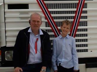 BURSDAGSBARN: Marius Kleppe (10) fekk seg ei morosam bursdagsoverrasking under bilturen med bestefar Ole Øystein Kleppe (t.v).