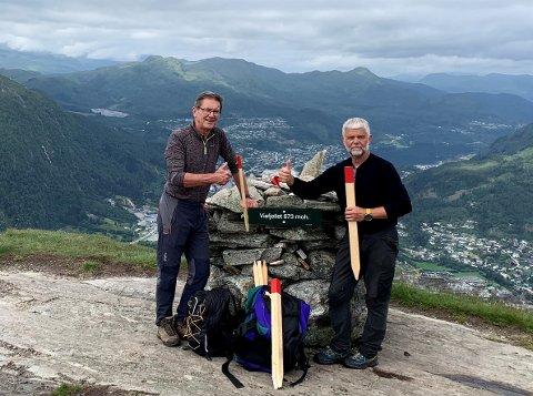VIEFJELLET: Kjell Befring og Atle Holsen i Indre Sunnfjord turlag har merkt stien opp Viefjellet. Etter dødsulykka i fjor har turlaget følt på eit ansvar.