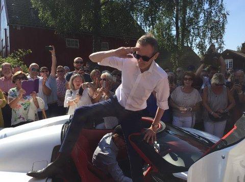 Pushwagner ankom sin utstilling på Soli Brug i en Koenigsegg. Bård Eker var sjåfør.