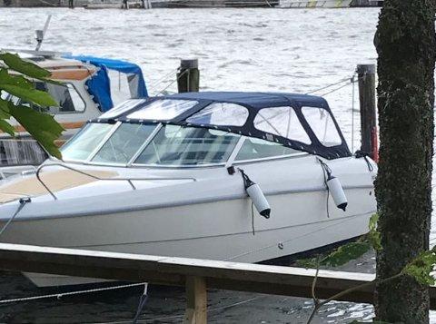 STJÅLET: Denne båten av typen Yamarin 6110 ble stjålet fra Gamlebyen båtforening natt til torsdag eller natt til fredag. Nå ønsker eieren hjelp til å finne den igjen.