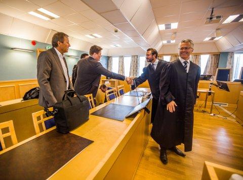 Det var tilsynelatende god stemning da de to partenes advokater hilste på hverandre før første dag i Fredrikstad tingrett mandag. Her håndhilser Jørn Eriksen og Norxe sin advokat, Håkon Berge, på motpartens advokat, Nils Christian Langtvedt, i forkant av rettssaken.
