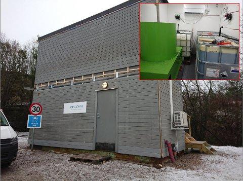 KLART TIL BRUK: Anlegget som skal rense vannet fra deponiet før det slippes ut, står klart til bruk. Innfelt kjemikalierommet inne i anlegget.