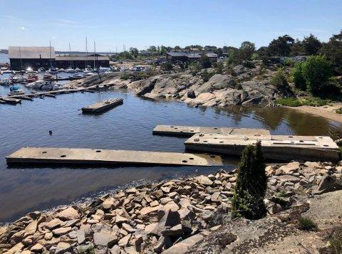 Bryggene ligger ved Fjeldkilen Marina, like bortenfor Marnet Marinepark: – Dette ender ganske sikkert i retten, sier Per Øyvin Thue om kommunens brev om å fjerne bryggene.
