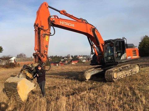 Naturbarna-gründer Cecilie Grønli kunne mandag endelig ta plass ved grabben for et bilde i anledning den store dagen i Saltnes: Første gravetak for nye Kollen barnehage. Den skal etter planen være ferdig om et års tid.
