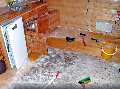 STORE SKADER: Denne hytteeieren fikk en ubehagelig overraskselse etter at rørene frøs. Det stilles krav om at vannet skal være avstengt når hytta ikke er bebodd. Foto: Tryg Forsikring