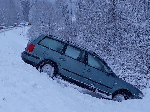 KJØRTE AV: Denne bilen kjørte av veien på fylkesvei 24. – Det var glatt, mye snø i veien og jeg skled ut, sier sjåføren, som oppfordrer folk til å kjøre forsiktig.