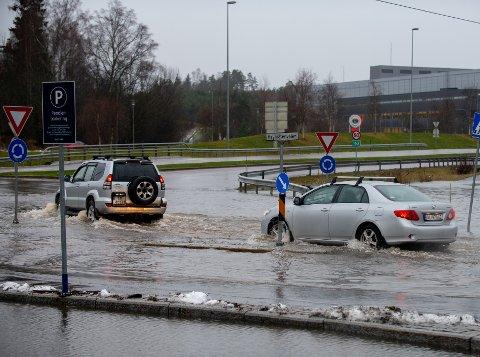 VÅTT: Regnværet har skapt enkelte problemer i trafikken søndag.