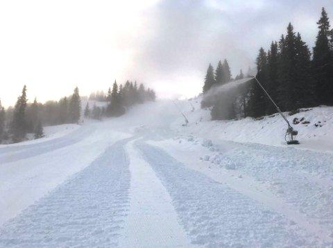 PRODUSERES: Kuldegradene i dsitriktet har ført til at snøkanonene går for full rulle.