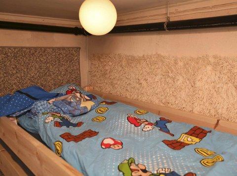 BARNEROM: Kjellerrommet er tilsynelatende innredet for å holde et barn fanget. Bildet viser at det blant annet er lyddempende tepper på veggene. Foto: Politiet