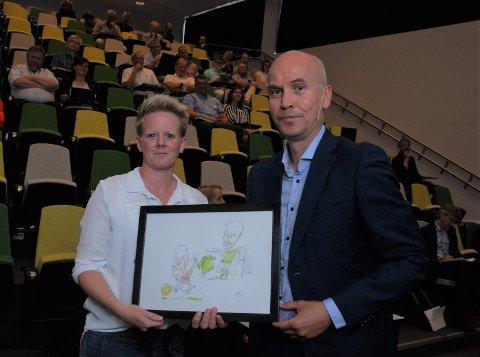 TOK I MOT: Varaordfører i Jevnaker, Trine Lise Olimb, tok imot tegningen fra fylkesmann Sigurd Tremoen.