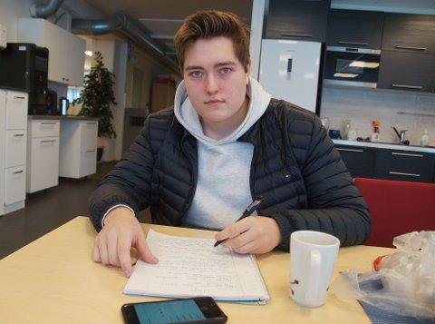 PRAKIS: Simen Langseth er elev ved linje for medie og kommunikasjon. Han tok turen til lokalavisen for å gjennomføre sitt intervju.