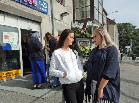 DISKRIMINERING: Emilie Birkeland (til venstre) og Martine Willoch (begge 15 år) føler seg diskriminert, fordi Rema 100 på Busterud har innført en ny regel om at det kun er lov med fem skoleelever på en gang i butikken.