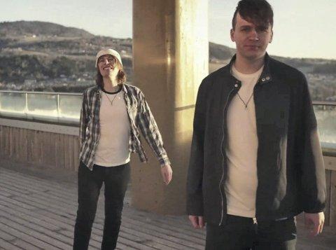 LUFTIG INNSPILLING: Da Hamar-duoen Sunderloop med Øystein Hagelund Gravdahl (t.v) og Kassu Partanen skulle spille inn musikkvideo falt de for Mjøstårnet i Brumunddal og dermed ble videoen til «Krasinski» spilt inn i over 80 meters høyde.
