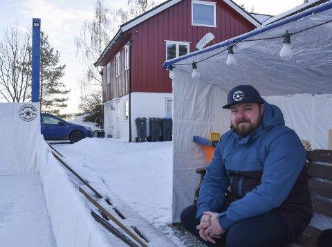 Egen bane: Glenn Arefjord i Furnes er godt over gjennomsnittlig hockeyinteressert og har for tredje år på rad bygget egen hockeybane i hagen. I år er den oppgradert med innbytterbenker og bana har vært god å ha denne vinteren, FOTO: Ingunn Klævahaugen
