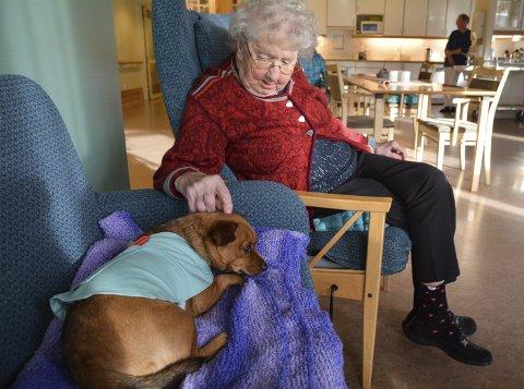 Venninner: Helga Andersen lånar vekk pleddet sitt til Gudrun, og likar å sitta og snakka med ho.