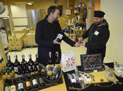 Samarbeid: Petter Sexe Ulriksen tek gjerne imot ein smaksprøve frå Jon Sekse og Spansteigen gard. I lokala til Hardanger handbryggeri får ein kjøpt både øl, saft og gardsmat.