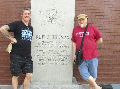 Amputert USA-tur: Lars Eikemo (t.v.) og Stein Egil Legård foran en minneplate av Rufus Thomas i Memphis. Bildet er fra en tidligere tur. Foto: Privat