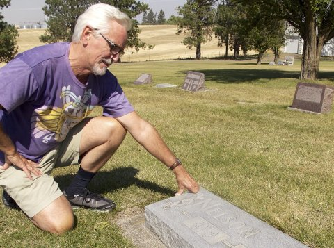 VED GRAVEN: Etter mange års arbeid fant Pelle Nilssen gravsteinen til bestefaren Henry Nelson, utenfor småbyen Nezperce i den amerikanske delstaten Idaho. FOTO: PRIVAT