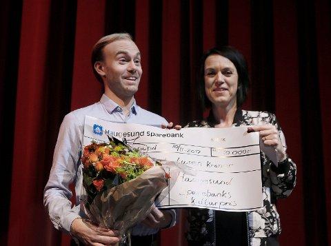 Pianist Mathias Susaas Halvorsen mottok pris Haugesund Sparebank sin kulturpris av banksjef Bente Haraldson Syre i Festiviteten fredag kveld.