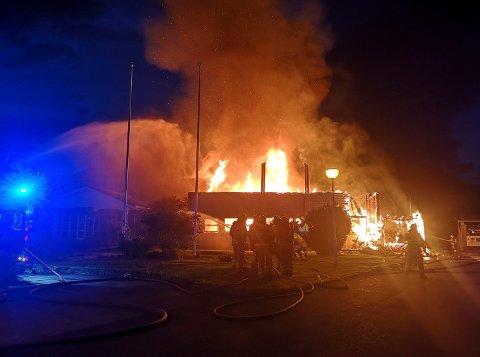 Vindafjordhallen er helt nedbrent etter en kraftig brann natt til mandag.