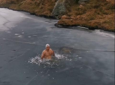 KALDT: Forrige helg badet Thore Thorbjørnsen (50) i det iskalde vannet på toppen av Tverrgjøvle i sørfylket.