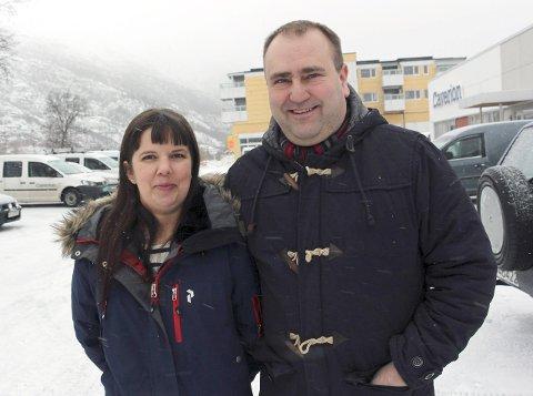 BLI MED!: Bård Svendsen og Ingrid Straum vil ha flere med i den lokale astma og allergiforeningen. – Vi har mye å tilby våre medlemmer. Både nyttige råd og gode tilbud til våre medlemmer, sier de to. Foto: Rune Pedersen