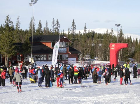 PARKERING: Rådmannen vil ikke etablere en ordning med parkeringsavgift ved skianleggene på Sjåmoen. Bildet er tatt under et skirenn i 2017.