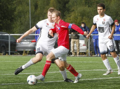 OPPRYKK OG KM-FINALE: Tom Inge Pettersen og Grane IL har vunnet 6. divisjon på Helgeland, og møter Røst til KM-finale lørdag 13. oktober. Grane IL vant 5. divisjon i fjor, men vegret seg for opprykk til 4. divisjon. Dermed ble de flyttet ned til 6. divisjon i år, og den vant de suverent.  Foto: Per Vikan