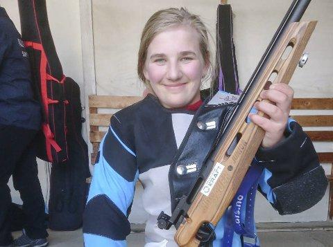 Baneåpning 2018:  Tina Mari Husnes Larsen fra Røvassdalen skytterlag imponerte stort da banesesongen tradisjon tro åpnet på Røssvoll 1. mai. Foto: Røvassdalen skytterlag