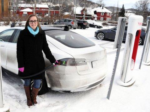 ALDRI NOE ANNET: Carola Karl Urvik kjøpte elbil i 2014. Den pendlende jordmora synes det er fint å gjøre noe mer for miljøet enn kun å sortere søppel. Her hurtiglader Carola sin elskede Tesla i Mosjøen sentrum.