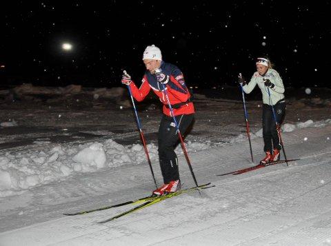 Finn-Hågen Krogh og Emilie Kristoffersen testet mandag skiløypa i Kaiskuru.
