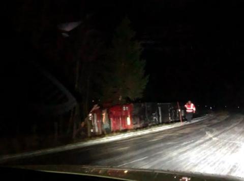 VELTET: Her ligger traileren i grøfta i Austertana-