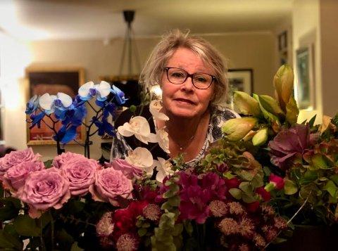 BLOMSTERHAV: Hammerfests jazzdronning Bodil Niska drukner i blomsterhilsninger etter at hun ble tvunget å stenge utestedet Bare Jazz etter 24 års drift.