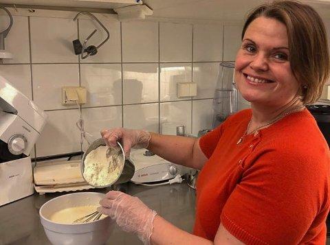 HJERTE: I stedet for at alle kundene skal ta fra den samme bløtkaken, steker jeg heller et vaffelhjerte til kunder som vil ha noe og bite i, sier Sigrid Sandberg hos No19.