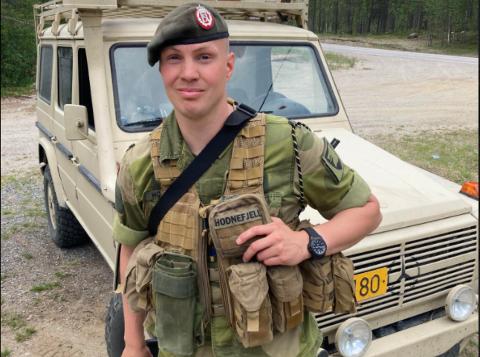 KOMPANISJEF: Kaptein Fredrik Hodnefjell ved Pasvik Kompani har snakket med iFinnmark om ulykken som fant sted natt til onsdag. Han informerer om at soldaten har det bra, men er forslått. Medsoldatene er preget av ulykken. De får tilbud om samtale.