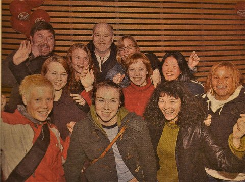 JUBELJENTENE PÅ Gardermoen etter at opprykket ble sikret med to seire i Bergen i løpet av et døgn. Bak fra venstre: Oppmann Rune Johannessen, Kine Holtet, trener Bjørn Erik Børresen, og Åse Karin Johannessen. I midten fra venstre: Henriette Hoel, Marianne Haug og Maiken Tenold. Foran fra venstre: Lene Østenby, Lisbeth Pettersen, Anette Finsen og Hanne Jonassen.