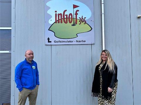 FLYTTER: Arnt Ivar Fremstad og Cecilie Fremstad flytter fra Nærbø, og håper noen kan ta over stafettpinnen, med golfsimulatoren på Nærbø.