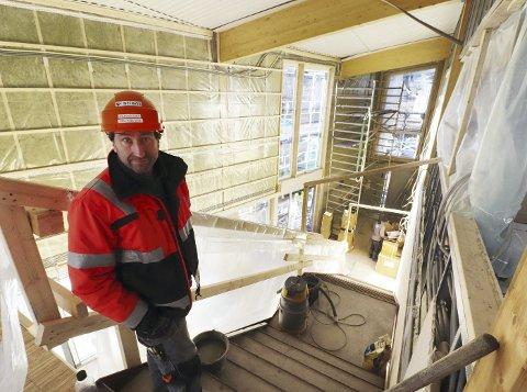 Stolt: Anleggsleder Eirik Rabe Dahl er stolt over den jobben som gjøres. – Bygget blir flott, sier han. Foto: Pål Nordby