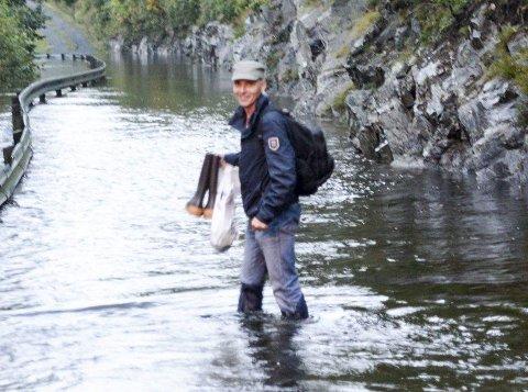 FLOM: Lasse Svendsen måtte ta beina fatt for å komme hjem da Farsjøveien gikk over sine bredder.