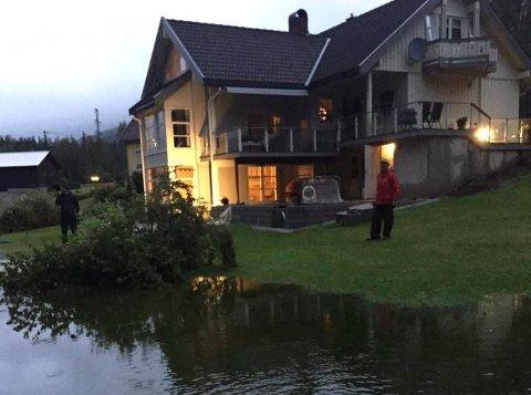 Vannet står langt inne på plenen hos familien Hostvedt Rø i Bevergrenda. FOTO: PRIVAT.