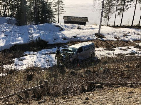 RULLET RUNDT: Bilen med den 18 år gammel bilføreren kjørte utfor og rullet rundt ned en skråning. Kvinnen som kjørte ut klagde på smerter i ryggen, og blir kjørt i ambulanse til Drammen sykehus.
