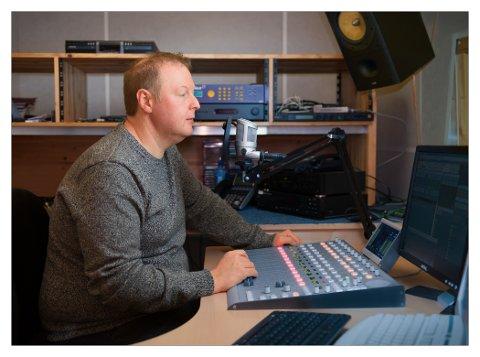 Satser i Lofoten: Radio Bø har fått opp DAB-sender i Skrova og sender lokalradio for både Lofoten og Vesterålen. Radioen har også DAB-konsensjon for Ofoten. Her daglig leder og programvert Ted Ivar Paulsen i studio